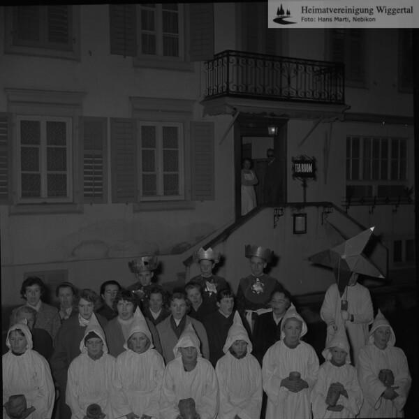 #030613 | Sternsingen; Vor dem Tea Room der Bäckerei Lovisa, später Bachmann; Das Haus stand neben der Drogerie Schlüssel und steht heute nicht mehr; hdn; fja