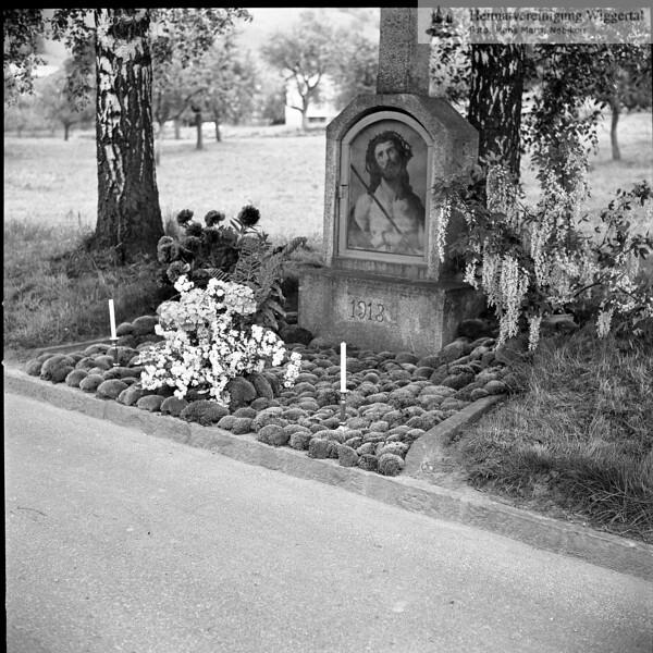 #031241 | Bildstock mit Kreuz; an der Egolzwilerstrasse; jetzt Kollermatte; geschmückt für den Auffahrtsumritt; hkb; fja