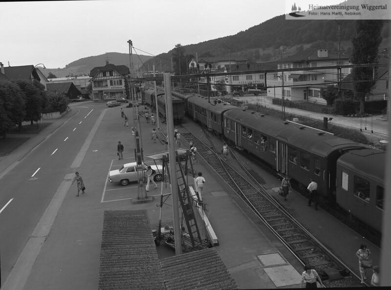 #040123 | Bahnhof; Ansicht nach Norden, aus der Wohnung im Obergeschoss des Bahnhofsgebäudes; owi; fja