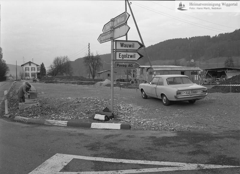 #040121 | Hintergrund links; Wohnhaus Pfister; Vordergrund; Kreuzung alte Strasse Egolzwil; hdn