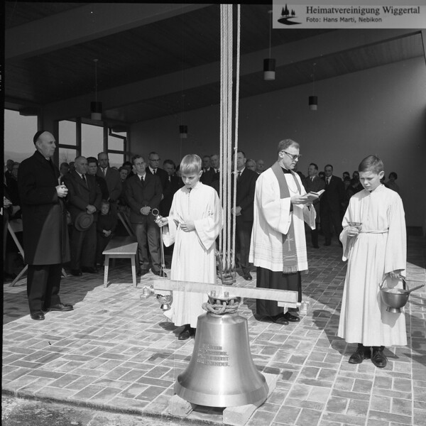 #040463 | Friedhof-Einweihung; Weihe des Friedhofglöckleins; 2.4.66; Franz Huwiler, Pfarrektor (später Pfarrer); links Pfarrer Meyer, Altishofen; fja; shr; frwü
