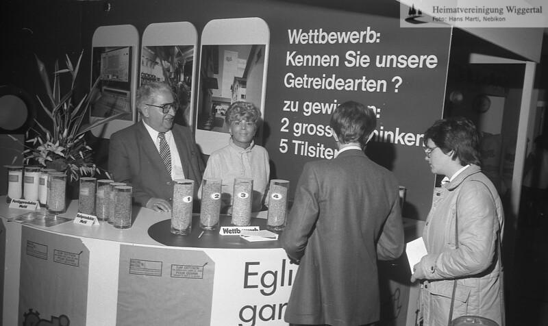 #040967 | Gewerbeausstellung 1983; Toni und Marianne Egli an ihrem Stande; pewü