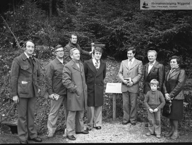 #041144   Waldpfad; 2. von links: Kurt Küng, Lehrer; wer?; fja; shr