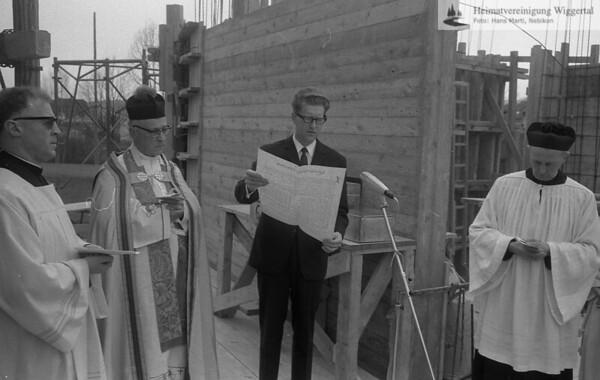 #041218   vlnr:; Pfarrer Franz Huwiler; Domdekan Dr. Huhnkeler; Paul Pfenniger (mit Dokument); thm; fja