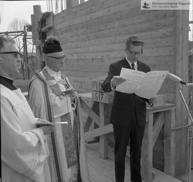 #041319 | Grundsteinlegung zur neuen Pfarrkirche; Pfarrer Franz Huwiler; Domdekan Hunkeler; Paul Pfenniger; MHN; thm; fja