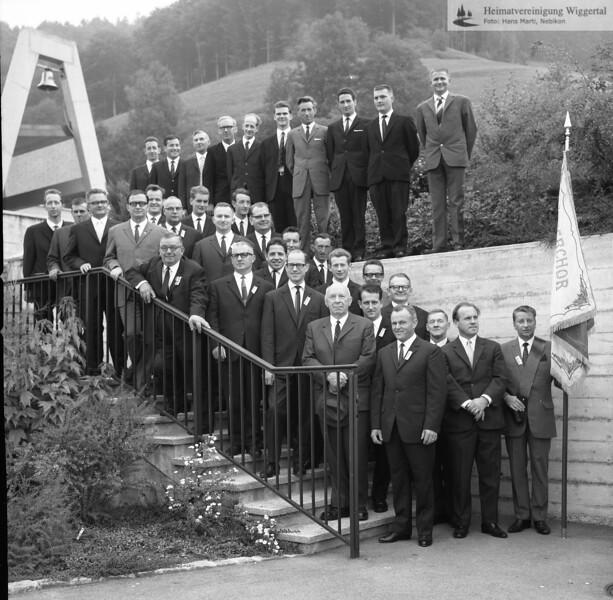 #041477 | Friedhof; Chor auf Mauer: 2. von rechts: Franz Meierhans, Lehrer; Fähndrich (ganz rechts) Josef Ineichen, Coffeurmeister, Nebikon; fja; shr; msi