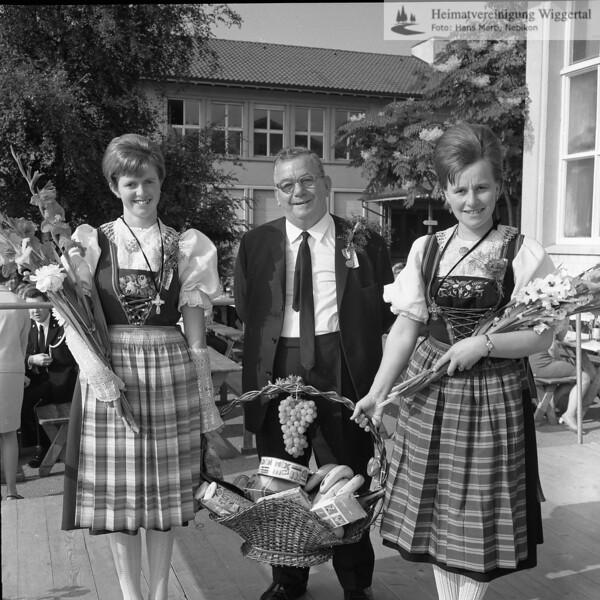#041512 | Männerchor; Fahnenweihe 1968; vlnr:; . . . Häfliger wer?; Paul Jöri (Veteran); Josy Boog (heute Arnold); arro; fja