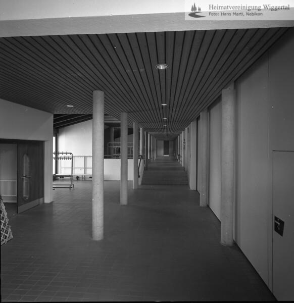 #041604 | Oberstufenschulhaus; Schulhausgang; Eingang zur Mehrzweckhalle; srs