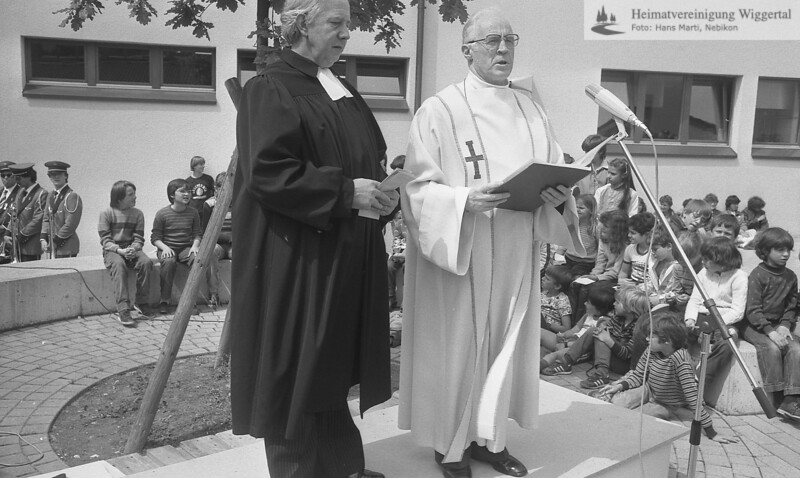 #041652 | Oberstufenschulhaus; Einweihung; 28.5.83; rechts: Franz Huwiler, Pfarrer; wer?; fja; shr