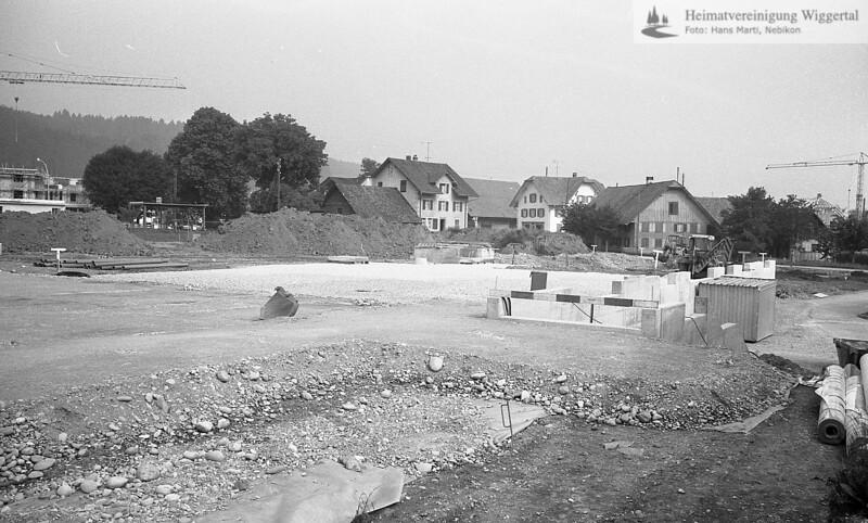 #041661 | Baustelle; Baustelle Oberstufenschulhaus, hinten: Im Winkel (3 Häuser und Strasse); SHU