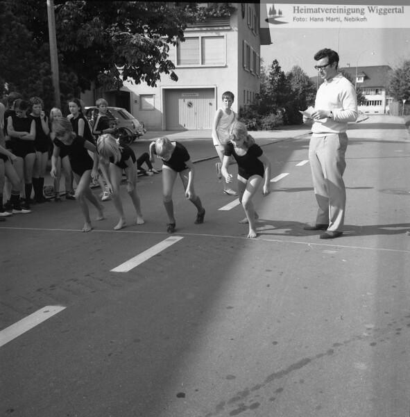 #041723 | Kurt Küng, Lehrer; Schule, Kirchstrasse; Sport; hdn; fja; shr
