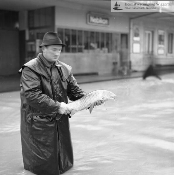 #041754 | Hochwasser; Fischfang auf dem Bahnhof; 22./23.November 1972; Alfred Kumschick-Grob; MHN; grn; fja