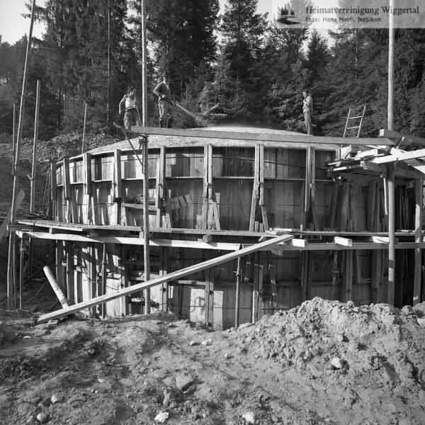 #041880 | Bau des Wasserreservoirs, September 1964; 500 Kubikmeter; Graben; fja; shr