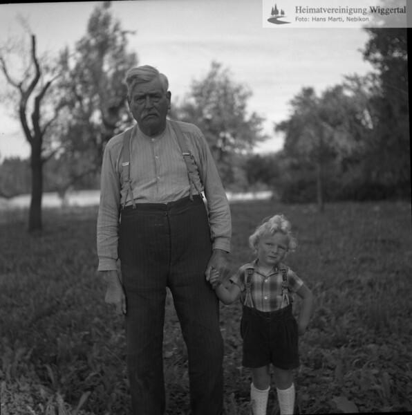 #050292 | Bellevue; Anton Erni jun. mit seinem Grossvater. Ich glaube, der hiess Xaver. Wir sagten ihm nur der alte Üeri. Er schrieb uns immer die Gesundheitsscheine, die wir im Bellevue lösen mussten, wenn ein Stück Vieh verkauft wurde; PBA