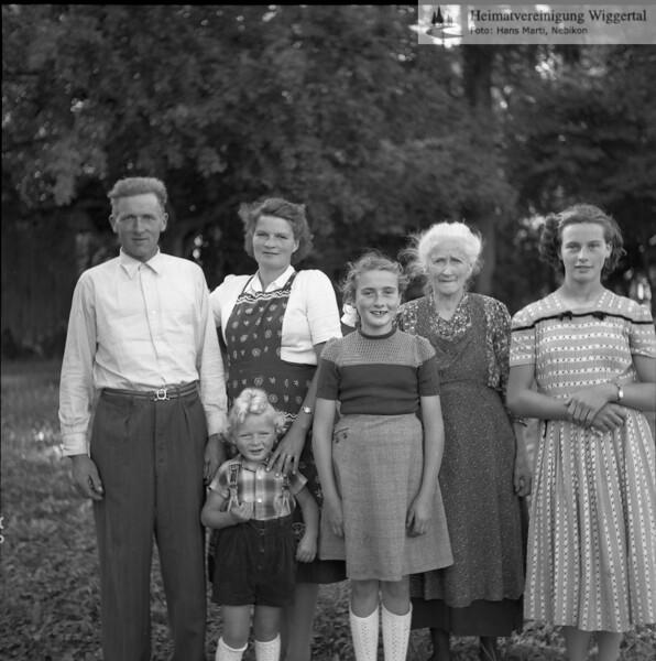 #050290 | vlnr:; Anton Erni-Zettel, seine Frau Marie und ihr Sohn Anton (1951), Luzia Erni (heute Frau Geiser in Witenlingen) und Rita Erni (heute Frau Schneider in Buttisholz), beides Töchter von Xaver Erni, mit ihrer Grossmutter; Alle vom Bellevue; PBA