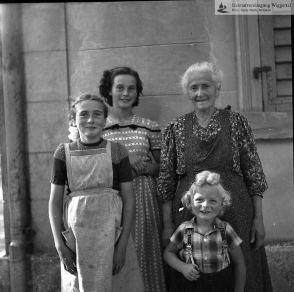 #050294 | Bellevue; vlnr:; Luzia Erni, Rita Erni, ihre Grossmutter und ihr Cousin Anton Erni; PBA
