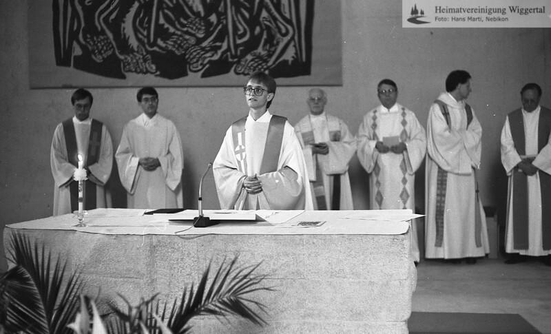 #050623 | Primiz Roland Häfliger; 25. juni 1989; am Altar der Pfarrkirche; MHN