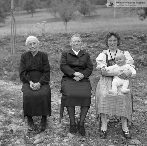 #051201   . . ; . . ; wer?; Agnes Bussmann, Oeli; 4 Generationen; fja