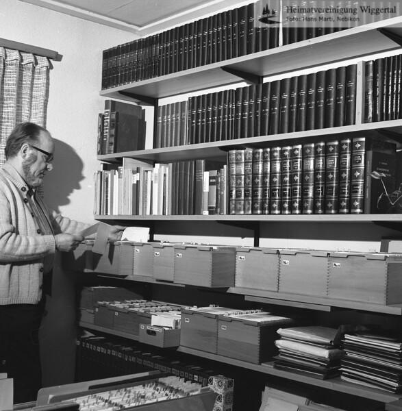 #051381 | Dr. h.c. Josef Zihlmann, Willisau; Forscher und Schriftsteller; in seinem Arbeitsraum; fja