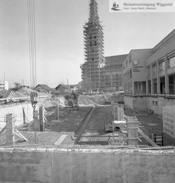 #100658   Hintergrund; Renovation der Pfarrkirche; Vordergrund; Baustelle Valiant Bank; fja; urni