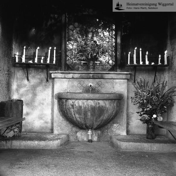 #100737 | Das Gnadenbrünneli; Das Gnadenbrünneli am Weg von der Holzbrücke zum Kloster wird seit vielen Jahren von zahlreichen Pilgern besucht. Das Wasser aus dieser Quelle hat vielen Berichten zufolge schon bei zahlreichen Leiden geholfen; fja