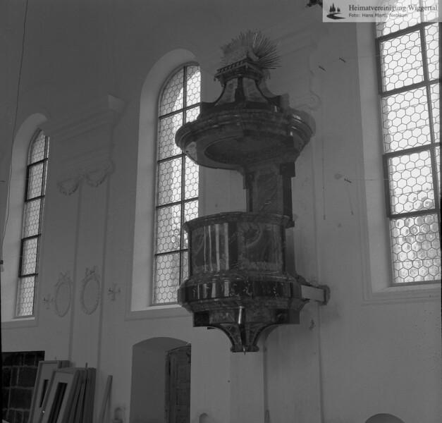 #100784 | Pfarrkirche; erbaut 1801–1803; Baumeister Joseph Purtschert; aus Pfaffnau; Kanzel mit Akanthusblättern und Zopfgehängen und von einem Lamm Gottes auf dem Buch mit sieben Siegel gekrönt Renovation 1966–1968; hust