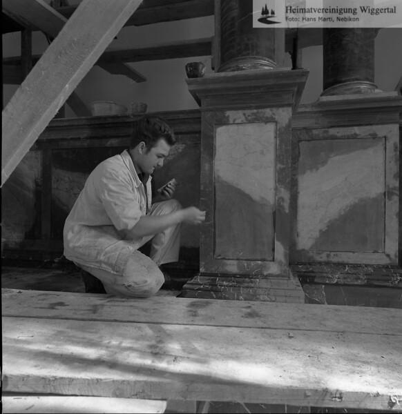 #100806 | Pfarrkirche; erbaut 1801–1803; Baumeister Joseph Purtschert aus Pfaffnau; Restaurateur bei der Arbeit am Hauptalter, Säulenpartie rechts Restauriert 1966–1968; hust