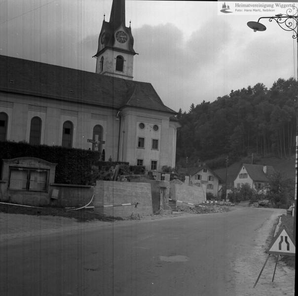 #100823 | Sanierung der Strasse Richtung Fischbach und der Friedhofsmauer 1964/65; Pfarrkirche; erbaut 1801–1803; Baumeister Joseph Purtschert aus Pfaffnau; hust; elaf