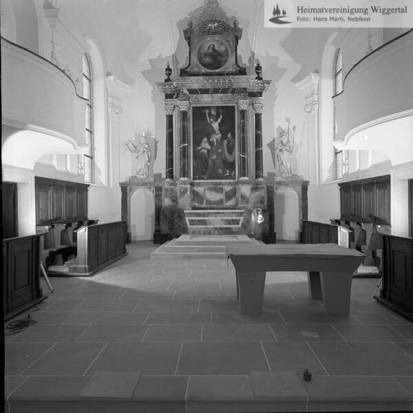 #100862 | Pfarrkirche; erbaut 1801–1803 Baumeister Joseph Purtschert aus Pfaffnau; Chor mit Hauptaltar (Kreuzigungsszene von Xaver Hecht, Willisau); Statuen von St. Magdalena und St. Martin auf den Seitendurchgängen; Nach der Renovation 1966-1968; hust