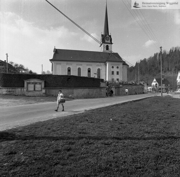 #100889 | Pfarrkirche; vor der Sanierung 1964/65; erbaut 1801-1803 Baumeister Joseph Purtschert aus Pfaffnau; Hinterdorfstrasse nach Fischbach; hust; elaf