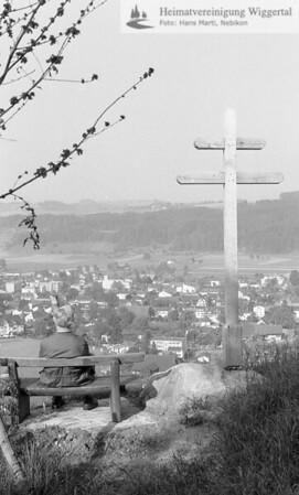 #110033 | Feldkreuz auf der Rüslen; Blick auf Nebikon; fja