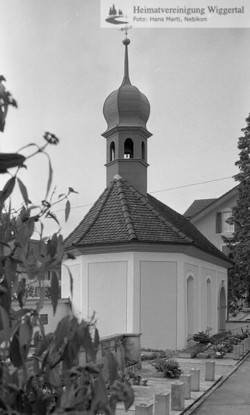 #110012 | St.Michaels-Kapelle; Als Eingang zum Friedhof, Kirche und Pfarrhof steht die Kapelle seit 1583. Wie schon in den letzten Jahrzehnten dient die Kapelle zur Aufbahrung der Verstorbenen; amei; fja