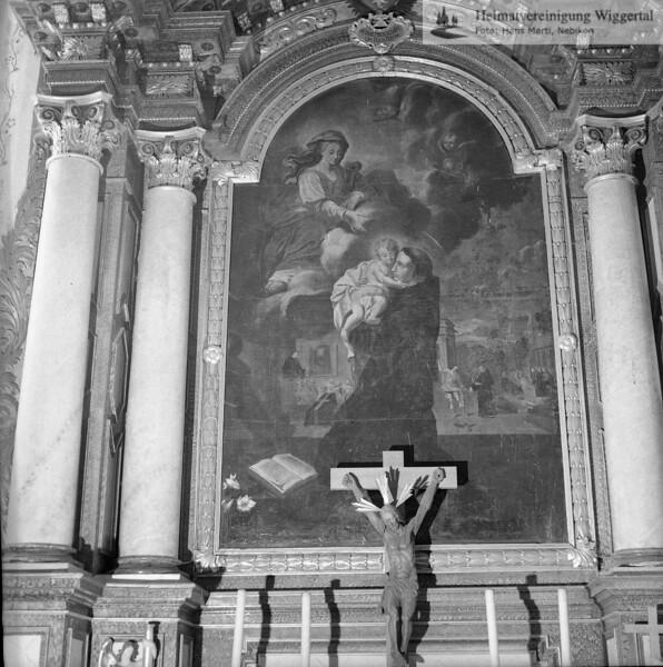 #110089 | Antonius-Kapelle, 1683 erbaut; Hochaltar (vor der Renovation); der hl. Antonius vor der Madonna kniend, die ihm ihr Kind reicht; elaf; fja