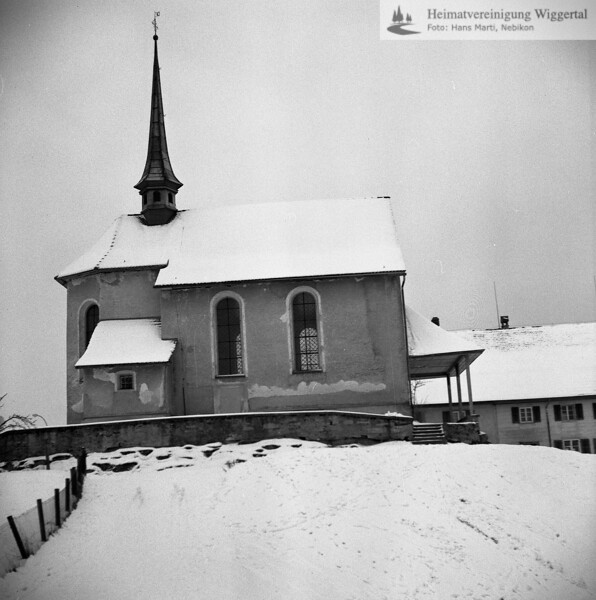 #110073 | Antoniuskapelle; dahinter das alte Schulhaus; elaf