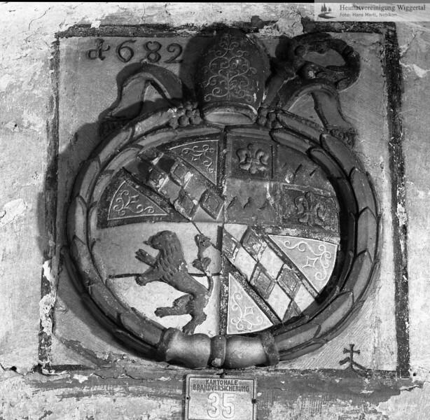 #110238 | Bläsichäppali; Wappentafel über der Eingangstüre; Hinweis auf den Erbauer der Kapelle; Abt Karl Dulliker, Kloster St.Urban; 1682; Literatur; Die St. Blasius Kapelle zu Burgrain in Alberswil, Agrovision 2007; fja