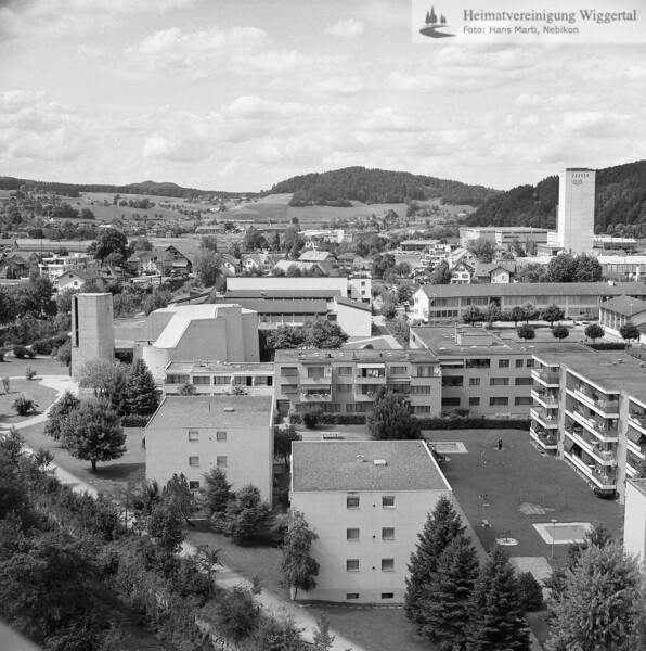 #130106 | Rtg.Nord; lks. Pfarrkirche, daneben Schulhäuser; was; fja; shr
