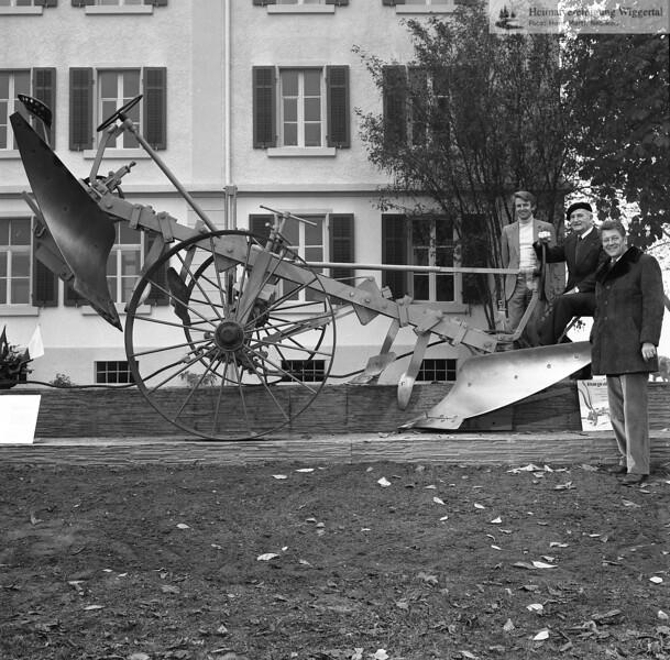 #150210 | Burgrain; . . . vor dem Verwaltungsgebäude; vlnr:; Walter Steiner, Willisau; . . ; . . ; fja