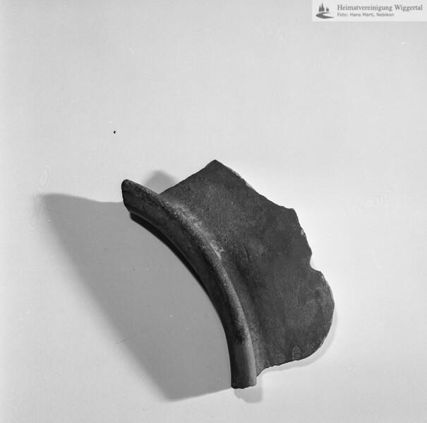 #160609 | Burgstelle Salbüel; Ausgrabung 1982; Fundobjekt: Fragment eines Kochtopfes; fwk