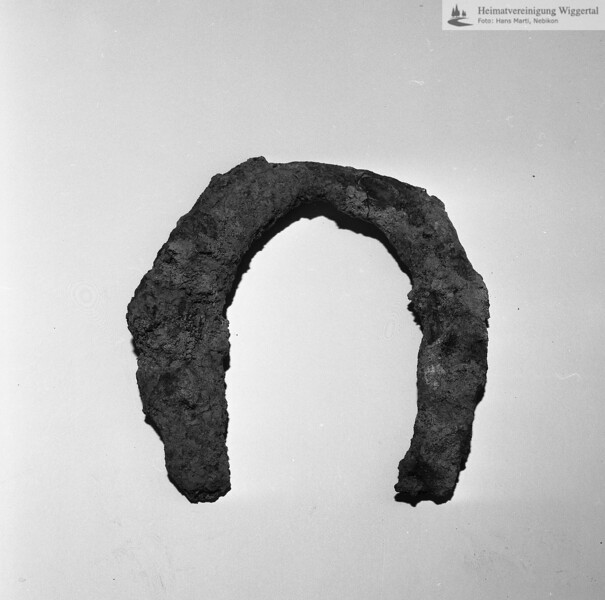#160608 | Burgstelle Salbüel; Ausgrabung 1982; Fundobjekt: Hufeisen; fwk
