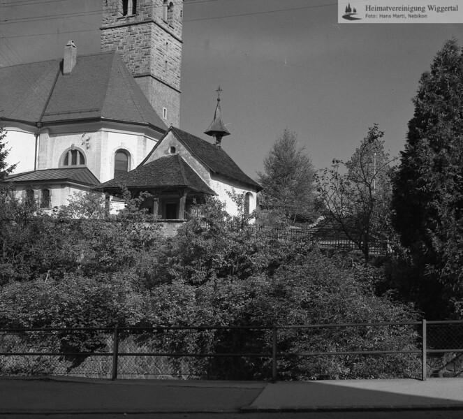 #170011 | ; Beinhaus sowie im Hintergrund Chor und Glockenturm (früher unverputzt?) der Pfarrkirche St. Stephanus in Hasle LU; amei