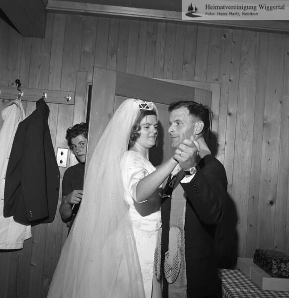 #170049 | Hochzeit; Hildegard und Edy Rölli-Häfliger; Gral; andere Meinung von Hans Rölli; Beim Brautpaar handelt es sich um Otto und Rita Rölli-Kälin. Das Bild entstand am 24.08.1963 im Gasthaus Gubel, Menzingen. Otto Rölli ist 2009 verstorben. Seine Frau Rita, meine Tante; bestätigte mir die Aufnahme, welche durch Hans Marti gefertigt wurde; hrö Hans Rölli)