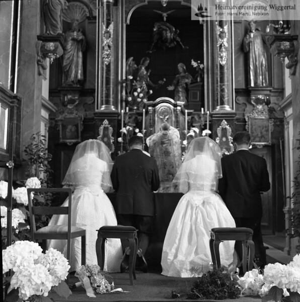 #170045 | Kapelle Mariazell, Sursee; Brautpaar vorn:; Hildegard und Edy Rölli-Häfliger, Mühlehof; Die Bräute sind Schwestern; Die Brautführerin; ist die Schwester von Edy; hinten vlnr:; . . ; gral; PBA