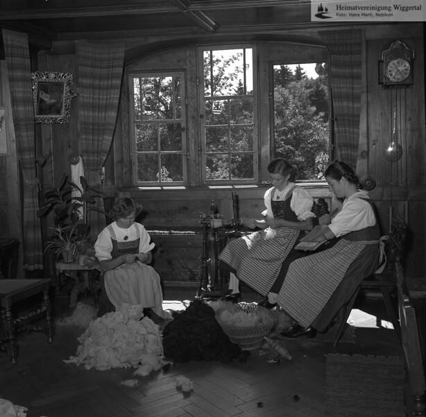 #170273 | Schloss Wartensee, Stube 1.OG; Tätigkeit im Zusammenhang mit der von 1928 bis ca. 1993 im Schloss eingericheten Handweberei von Margrit Rösli; fwk; fja