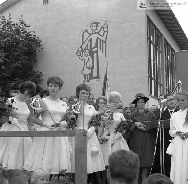 #170343 | Fahnenweihe Männerchor Egolzwil-Wauwil; Fahnenpaten; Emma Knüsel-Bernet, Alois Ineichen; s.170345; vlnr:; . . ; Ursula Ermelinger, Wauwil; . . ; ... ...-Müller; . . ; ganz rechts: Ruth Oswald; wer?; wo?; grew; dhk