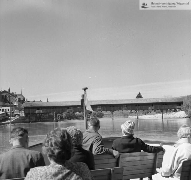 #170309 | Büren BE; Gedeckte Holzbrücke über die Aare. Diese fiel 1990 einem Brandanschlag zum Opfer und wurde 1991 neu erstellt. Ansicht flussaufwärts; erru