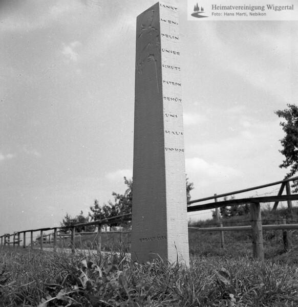 #170357 | Stele; wo?; Inschrift; SANKT; WEN-; DELIN; UNSER; SCHUTZ; PATRON; BEHÜT; UNS; HAUS; UND HOF; fja