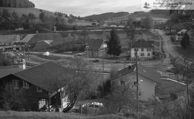 #170374 | Hiltbrunnen; Hintergrund; der ehemalige Bahndamm; rechts; Kantonsstrasse; links; Baustelle MZH; PBA; fja
