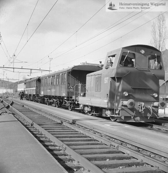#170354 | Vermutlich Überführungsfahrt; der ST-Em 2/2 1; Hersteller-Triengen, vom 30. März 1965. Die Diesellok hat zwei Gleismesswagen der SBB und den neu gekauften B 102 der MThB im Schlepp; Aufnahmeort vermutlich Nebikon; mye