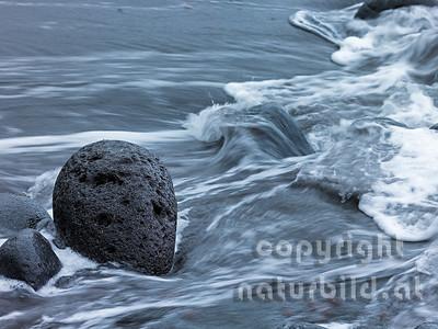Lavastein im schäumenden Wasser, Faial, Azoren, Portugal
