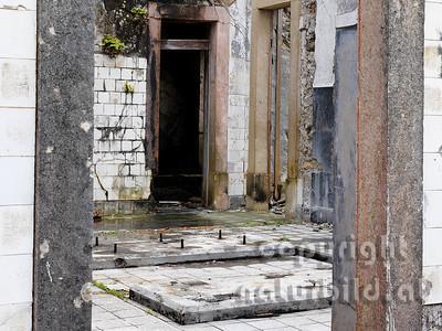 Aufgelassener Leuchtturm, vom Erdbeben zerstört, Blick in das Innere des Gebäudes, Riberhina, Faial, Azoren, Portugal